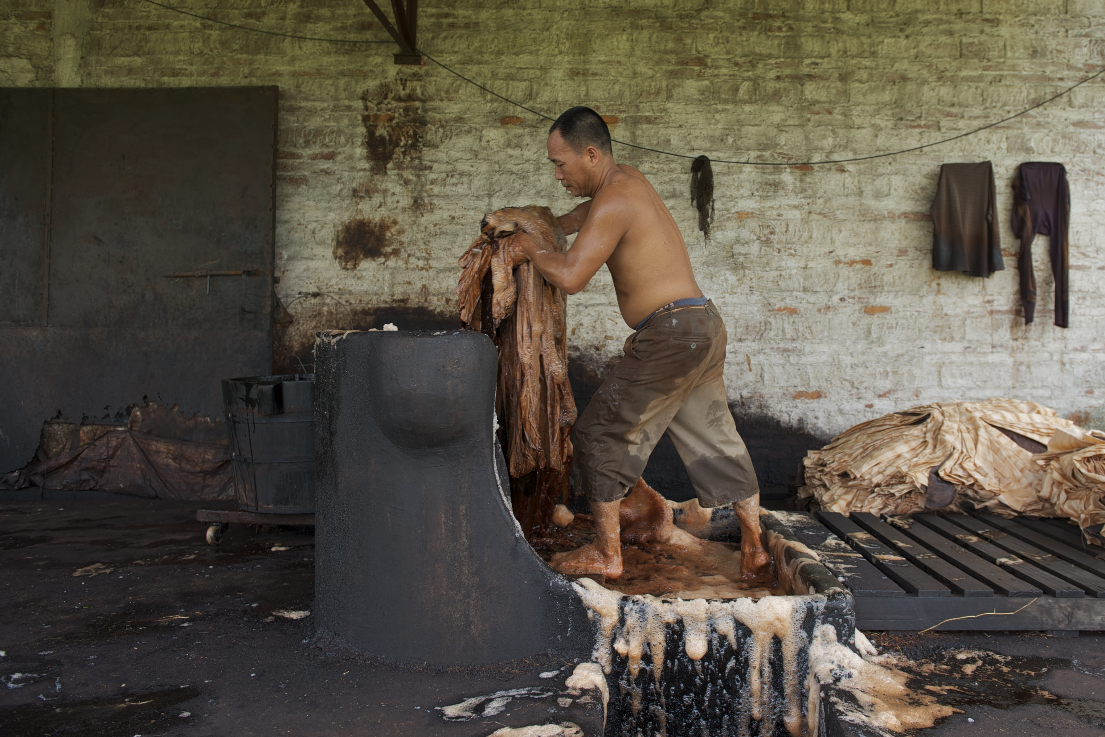 1-feeding-the-fabric-into-the-dye-early-on-during-the-extensive-dyeing-process
